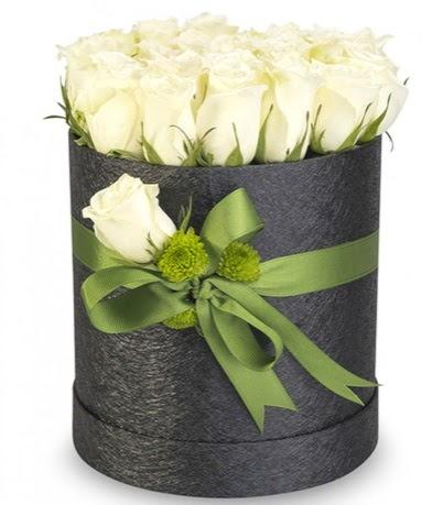 27 adet beyaz gülden görsel kutu çiçeği  İstanbul Kadıköy çiçekçiler