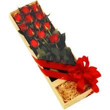 kutuda 12 adet kirmizi gül   İstanbul Kadıköy çiçek yolla