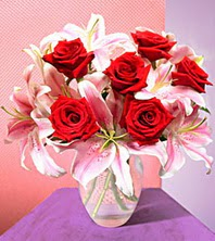 İstanbul Kadıköy uluslararası çiçek gönderme  2 adet dal kazablanka 6 adet kirmizi gül vazoda