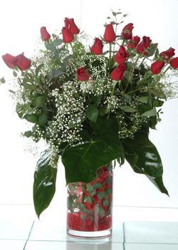 İstanbul Kadıköy güvenli kaliteli hızlı çiçek  11 adet kirmizi gül ve cam yada mika vazo tanzim
