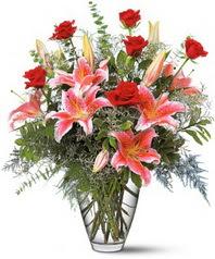 İstanbul Kadıköy 14 şubat sevgililer günü çiçek  7 adet kirmizi gül 3 adet kazablanka