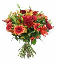 İstanbul Kadıköy çiçek gönderme  3 adet kirmizi gül ve karisik kir çiçekleri demeti