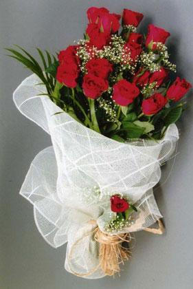10 adet kirmizi güllerden buket çiçegi  İstanbul Kadıköy yurtiçi ve yurtdışı çiçek siparişi
