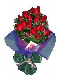12 adet kirmizi gül buketi  İstanbul Kadıköy online çiçek gönderme sipariş