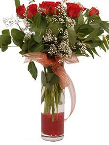 İstanbul Kadıköy uluslararası çiçek gönderme  11 adet kirmizi gül vazo çiçegi