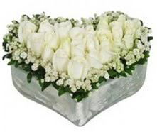 İstanbul Kadıköy kaliteli taze ve ucuz çiçekler  9 adet beyaz gül mika kalp içerisindedir
