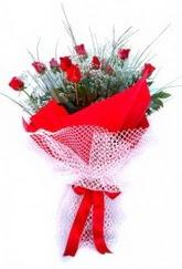 İstanbul Kadıköy İnternetten çiçek siparişi  9 adet kirmizi gül buketi demeti
