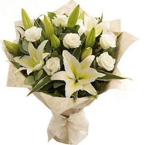 İstanbul Kadıköy anneler günü çiçek yolla  3 dal kazablanka ve 7 adet beyaz gül buketi