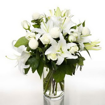 İstanbul Kadıköy çiçek gönderme sitemiz güvenlidir  1 dal cazablanca 7 adet beyaz gül vazosu