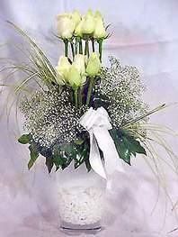 İstanbul Kadıköy online çiçek gönderme sipariş  9 adet vazoda beyaz gül - sevdiklerinize çiçek seçimi