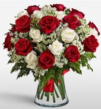 Vazoda 12 kırmızı 12 beyaz gül tanzimi  İstanbul Kadıköy uluslararası çiçek gönderme