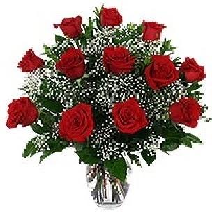 İstanbul Kadıköy çiçekçi mağazası  12 adet kırmızı gülden vazo tanzimi