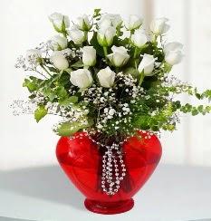 cam kalp içerisinde 12 adet beyaz gül  İstanbul Kadıköy online çiçek gönderme sipariş