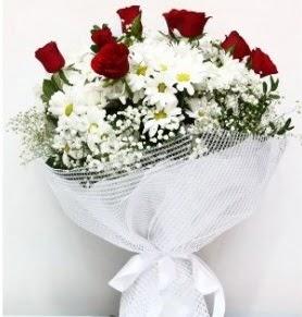 9 adet kırmızı gül ve papatyalar buketi  İstanbul Kadıköy internetten çiçek siparişi