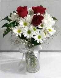 cam vazoda 3 adet kırmızı gül ve papatyalar  İstanbul Kadıköy internetten çiçek satışı