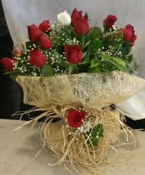 Kız isteme çiçeği 20 kırmızı 1 beyaz  İstanbul Kadıköy çiçek siparişi sitesi