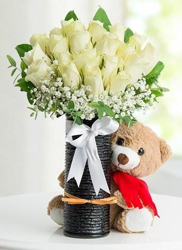 Cam vazoda 25 beyaz gül ve peluş ayı  İstanbul Kadıköy çiçek satışı