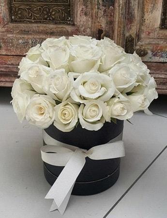 33 adet beyaz gülden görsel kutu tanzimi  İstanbul Kadıköy internetten çiçek siparişi