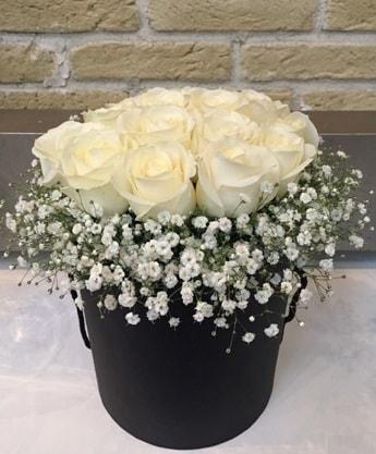 19 adet beyaz gülden görsel kutu çiçeği  İstanbul Kadıköy çiçek siparişi sitesi