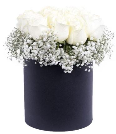 Özel kutuda özel 15 beyaz gül aranjmanı  İstanbul Kadıköy çiçekçi telefonları